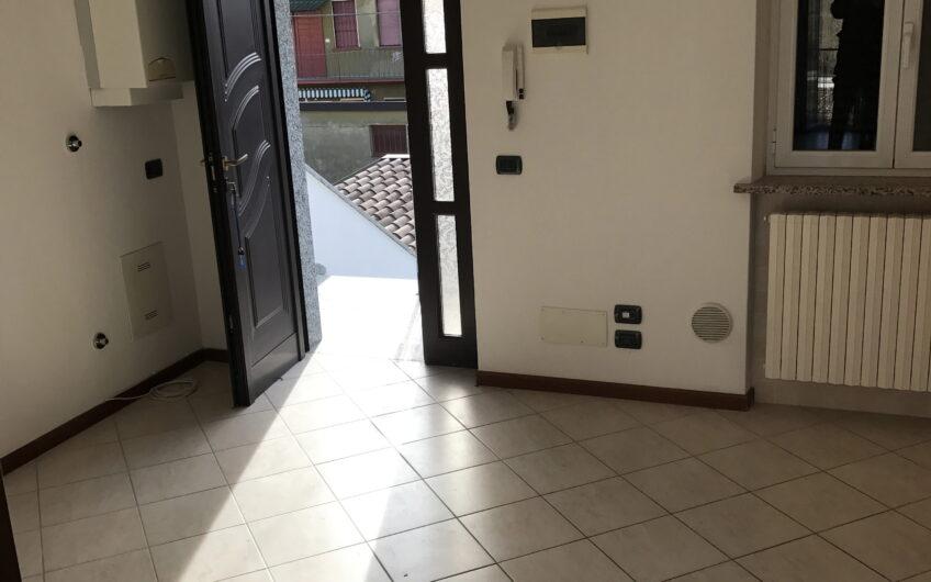 Pavia Via Testa Casetta semindipendente con 2 bifocali , cortiletto e box