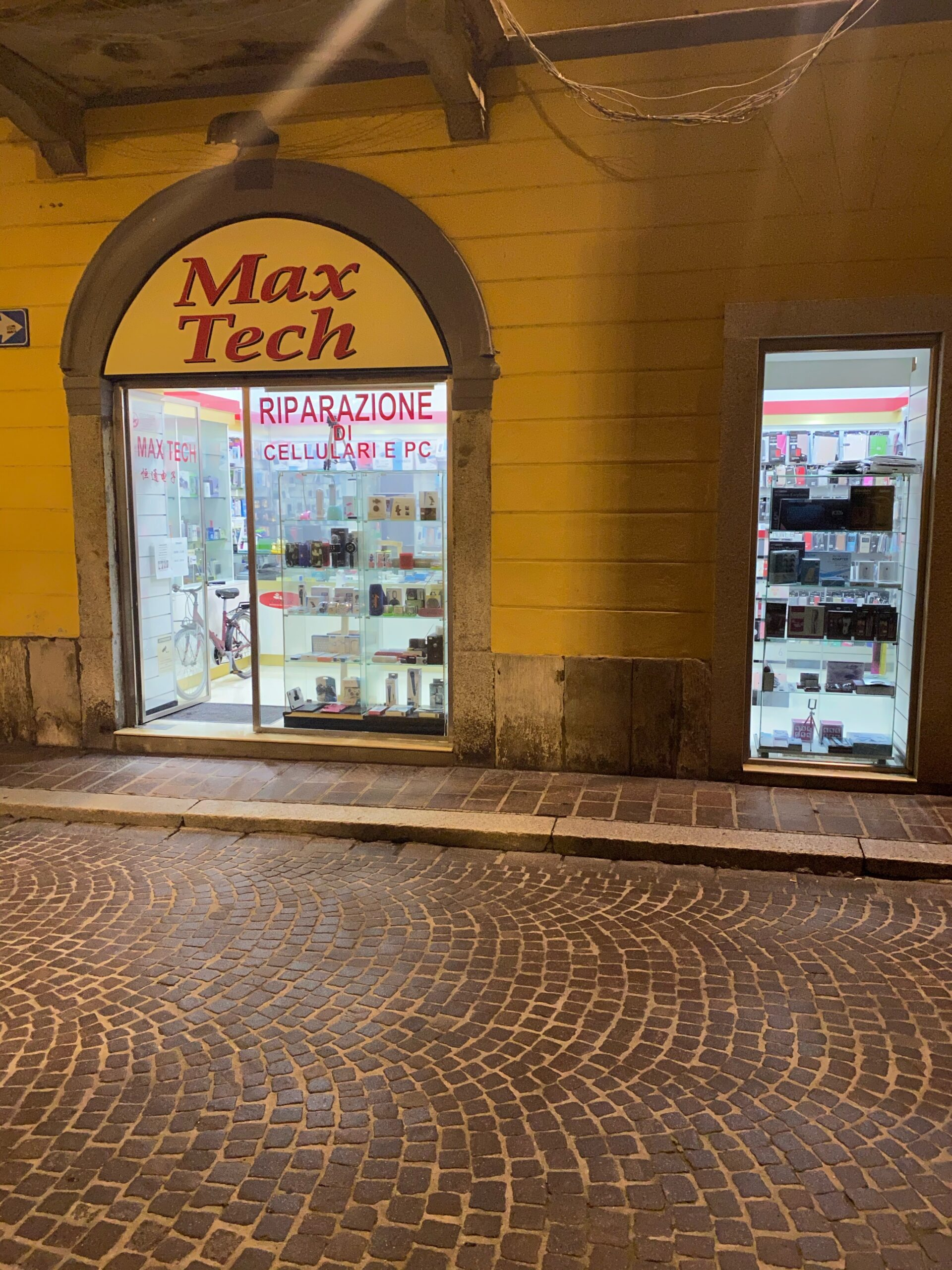 Pavia Affittasi negozio 2 vetrine Corso Cavour