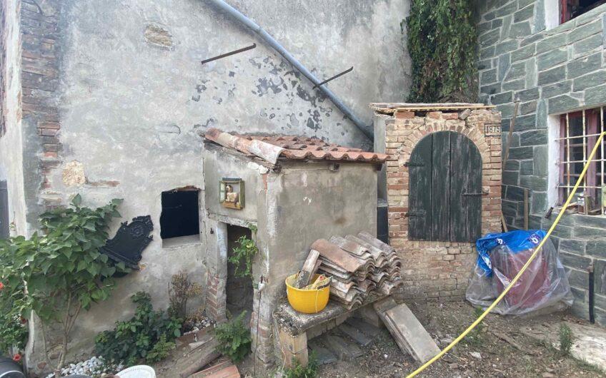 MORNICO LOSANA  VENDESI CASA SEMINDIPENDENTE SU 2 PIANI CON BOX, FIENILE E GIARDINO EURO 50.000